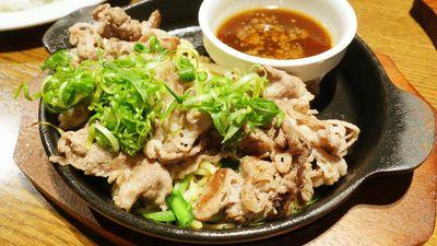 薄切り焼肉と麺をつけ麺だれにつけて食べる「鉄板つけ肉・Beef 牛」を「熟成肉バル エイジングハウス1795」で食べてきた