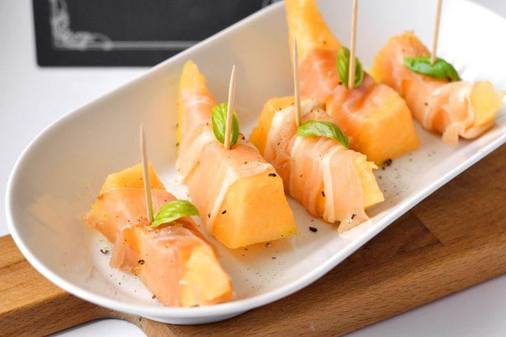 Pármai sonkás sárgadinnye recept: Spanyol, vagy Olaszországban sok helyen találkozhatunk az előételek között a pármaisonkába tekert sárgadinnyével. Remekül illik a sonka erőteljesebb, kissé sós íze a sárgadinnye édességéhez. Érdemes kipróbálni! :)
