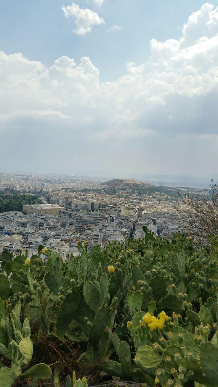 Bilden är från Plaka området i Aten, där man på många ställen sitter & fikar och äter i trappliknande avsatser = jättemysigt!!🔝🔝🔝 Dom som känner mig bra vet mycket väl att jag inte är en storst…