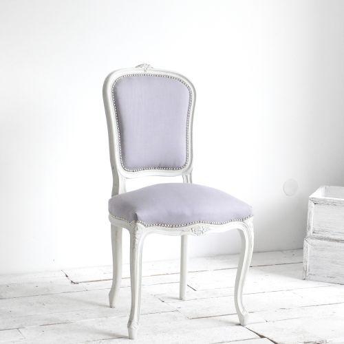 KRZESŁO SHABBY LOUIS #1 AGNIESZKA KRAWCZYK . MEBLE Piękne krzesełko w szaro - białej odsłonie! Przeszło ogromną metamorfozę i prezentuje się teraz niezwykle dekoracyjnie i bardzo shabby