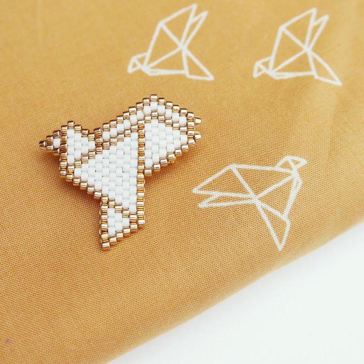 « Une petite broche en #brickstitch inspirée par le tissu #byebyebirdie…