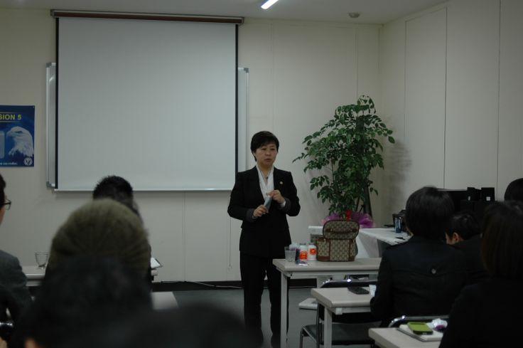 JEUNESSE GLOBAL KOREA 대구교육센터 신규사업설명회에서 천연제품사용법을 설명하는 한국자연치유힐링아카데미 이임진원장님
