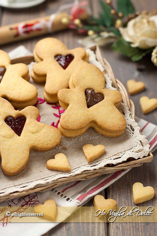 Omini biscottini dal cuore tenero, semplici biscotti di pasta frolla con un cuore di Nutella o marmellata. Biscotti carini da regalare a Natale o gustare.