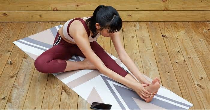 Home For the Holidays? Here Are 15 Workouts You Can Do in Your Living Room There's no place like home for the holidays, but if you're stuck in a town that doesn't have your favorite gym or boutique fitness studio, you might be wondering how you're going to get your workouts in! Fear not: here are some bodyweight workouts for ...