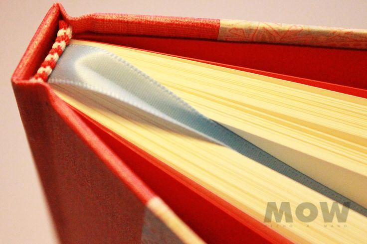 De la Colección Vintage Seamless - 100 hojas papel ahuesado, tapa forrada en papel y tela para encuadernar color rojo. Hojas de guarda color rojo, cinta separadora color celeste. Medidas aprox. 14x20 cms.