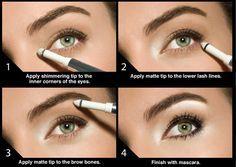 Waarom doet de kleur wit rondom de ogen wonderen? Omdat je met wit oogpotlood en oogschaduw ervoor kan zorgen dat jouw ogen groter lijken én stralen.