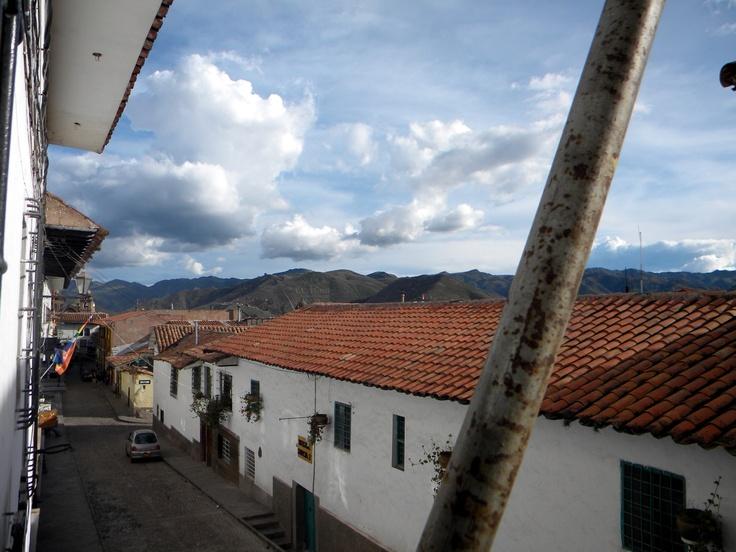 """Cusco (em espanhol Cuzco ou Cusco, em quíchua Qosqo ou Qusqu) é uma cidade no Peru situada no sudeste do Vale de Huatanay ou Vale Sagrado dos Incas, na região dos Andes, com população de 300.000 habitantes. província de Cusco.    Cusco é uma cidade muito alta (com 3400 metros altitude). Seu nome significa """"umbigo"""", no idioma quíchua. Era o mais importante centro administrativo e cultural do Tahuantinsuyu, ou Império Inca. Lendas atribuem a fundaçã"""