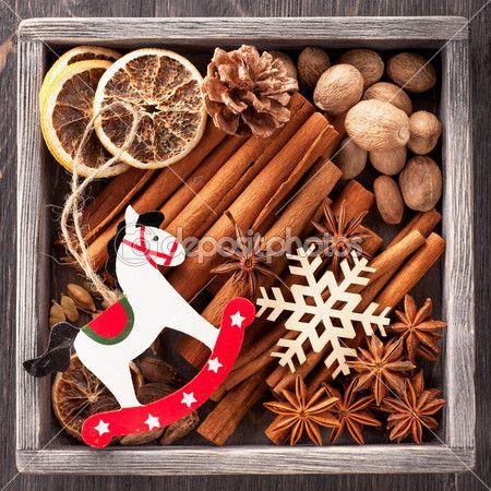 Специи рождественские и новогодние игрушки в старинный деревянный ящик — стоковое изображение #36264503