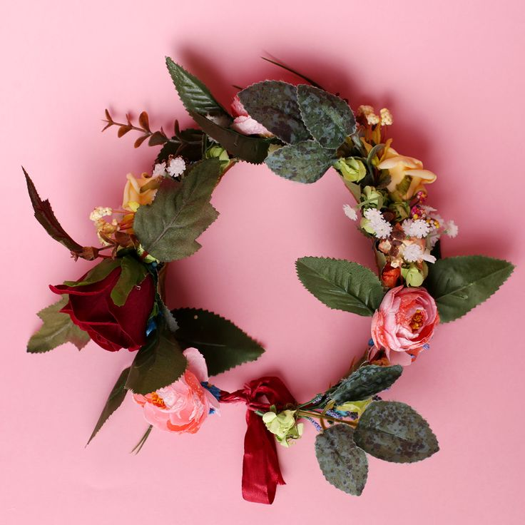 Coroniță din flori – plastic, hârtie, textil, spumă  Asamblare manuală pe sârmă imbrăcată in saten de culoare vișinie  Mărime universală  Culori: roz, portocaliu, galben, alb, roșu etc.  Flori: trandafiri, frunze, flori de câmp, diverse