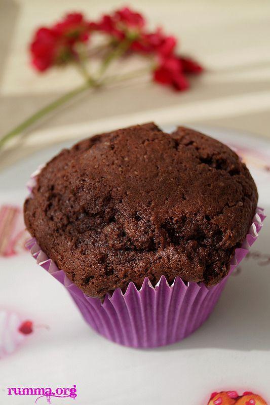 Daha önce denediğim üzümlü kup kek tarifinden uyarladım damla çikolatalı muffin tarifini. Nefis bir kek daha çıktı ortaya..:) Damla çikolatalı muffin için gerekenler Malzemeler:(8 adet) 3 adet yumurta 1 su bardağı toz şeker 200 gr tereyağı (Oda sıcaklığında) 2,5 su bardağı un 1 su bardağı damla çikolata 1 paket kabartma tozu 1 küçük paket kakao …