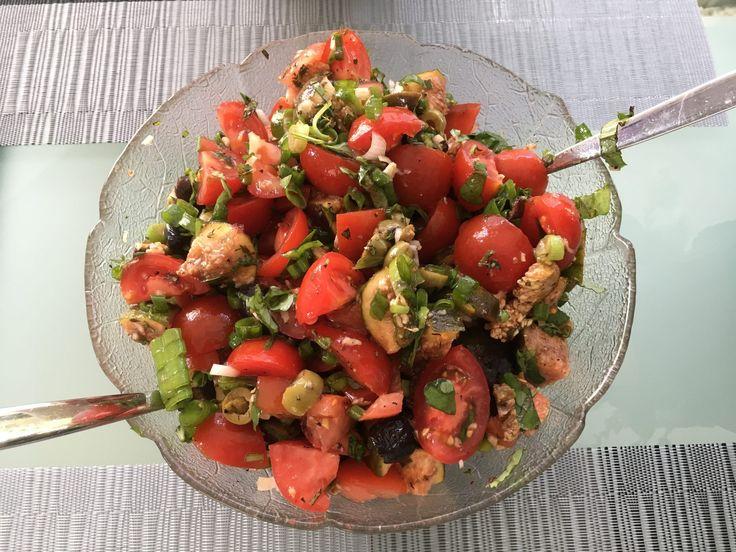 Der Tomaten Salat mit Feigen, Macadamia Nüssen und Oliven könnte mein neuer Lieblingssalat werden, vor allem jetzt, wo es frische Feigen gibt. Megalecker!  Die Rezeptidee habe ich vom Rawmance Blog. Hier wird er allerdings mit getrockneten Feigen zubereitet und auch mit getrockneten Tomaten.   #Feigen #Macadamia Nüsse #Oliven #Salat #Tomaten