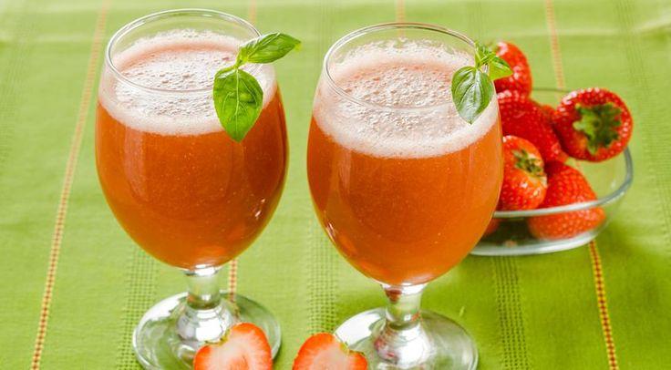 Летняя жара диктует нам свою акватерапию – лимонады, коктейли, соки, морсы, чаи со льдом и множество других чудесных напитков, к попиванию которых мы
