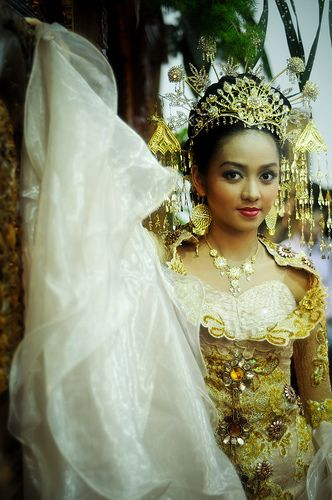 traditional Indonesian wedding dress