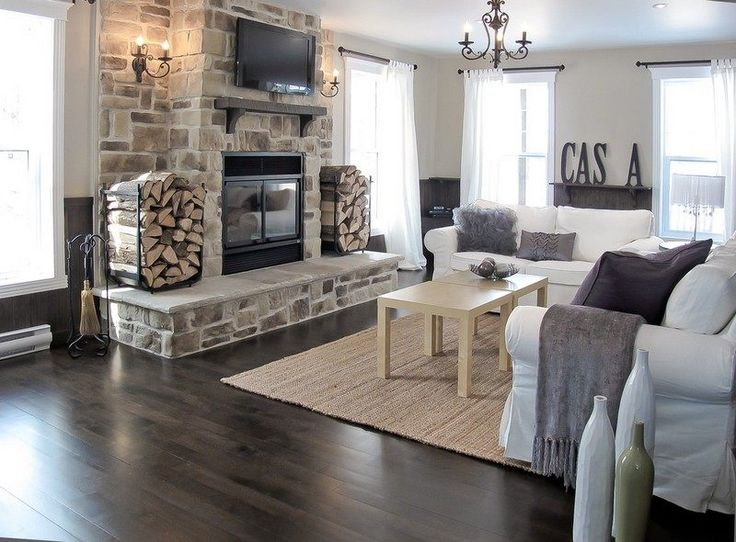 salon cottage avec cheminée fermée en pierre de style rustique