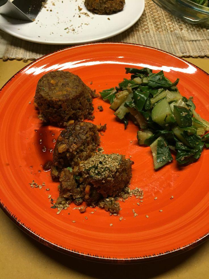 Tortino di riso Thai e lenticchie con verdure green al wok
