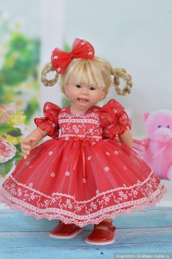 сборкой картинки кукла в нарядном платье него руках гитара