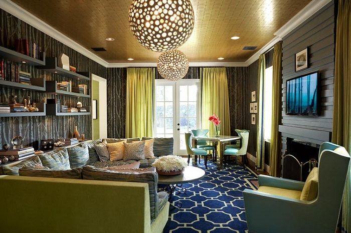 Гостиная оформлена в сине-зеленых тонах с симпатичными шторами.