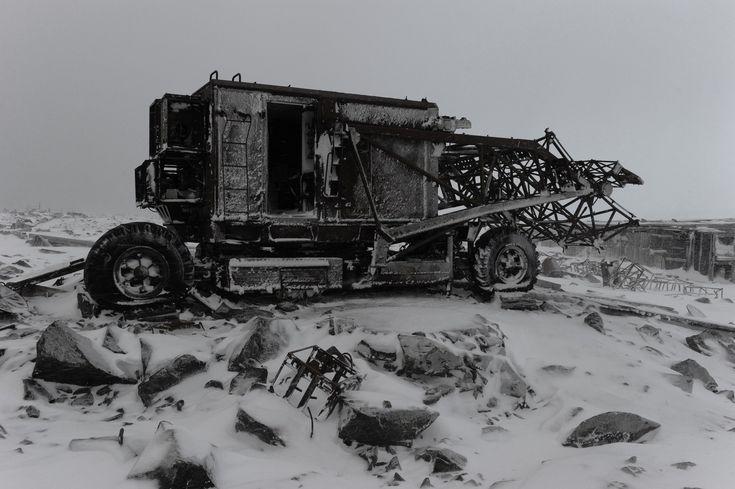 シベリア最北端のシュミット岬には荒涼とした大地が広がる。日照時間が短く色彩も乏しいため、そこで撮られた写真はまるでモノクロ写真のようだ。写真家アンドレイ・シャプランが切り取るシュミット岬の風景からは彼の地の退廃的な美しさが伝わってくる。