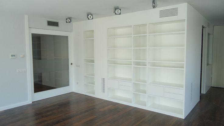 Mueble estanteria con aplacado pared con puerta integrada for Mueble salon lacado blanco