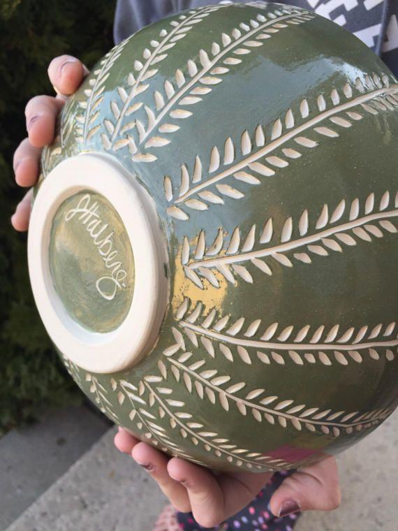 C'est un grand bol, bon comme un bol de service ou pour la tenue des fruits. Ou bien pour la crème glacée. Je ne juge pas. :) Il a été décoré à l'extérieur d'un engobe turquoise foncé qui a été sculpté de suite dans un modèle de fougère pour révéler la couleur blanche naturelle de l'argile en dessous, un processus appelé sgraffito. Ses près de 9 pouces de diamètre et un peu plus de 3 pouces de hauteur. Il tient confortablement 42 onces liquides.  Toutes mes pièces sont entièrement…