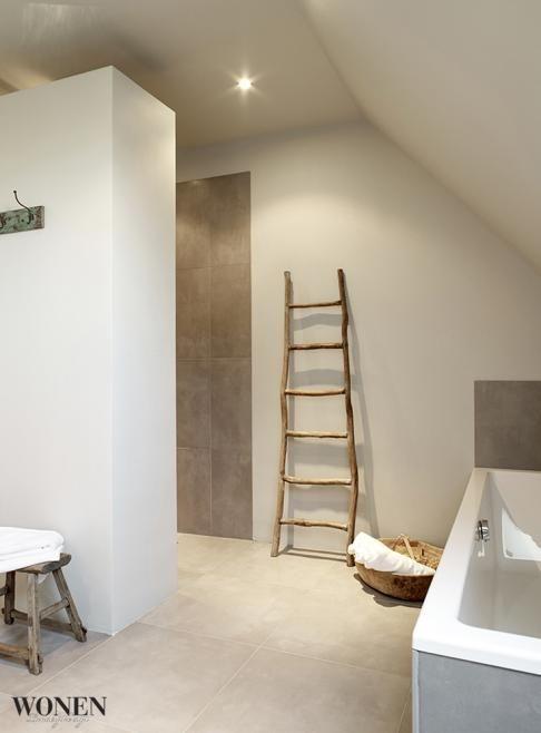 Mooie vloertegel . Samen met de kruk en ladder mooi kleurpalet