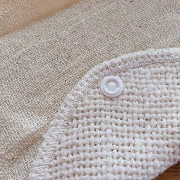 【布ナプキン】ふんわりさらり布ライナー 手紡ぎオーガニックコットン 自然栽培綿 918円▼サイズ18×22cm▼素材綿100%(自然栽培綿・手つむぎ糸使用)▼タイプ生成 白 無地▼商品説明「 生理でない時も 」普段使いのおりものシートや、軽い日、終わりかけの時期におすすめです。生地をバイアスに取っているので、フィット感がありずれません。手つむぎもめんのやわらかい和紡と二重ガーゼを使用。お好きな面をお使いください。吸収体、防水シートは入っていません。▼通販サイト ホトホト布ナプキン ふんわりさらり布ライナー 生理用 白 無地はホトホトへ!女性特有の悩みを改善!オーガニック関連タオルや腹巻パンツ、生理用布ナプキン、ワンピースをご紹介!他にもベビー用お口拭きタオルやマタニティウェア、出産祝い、婦人・紳士向けの暖か商品をご紹介しております。