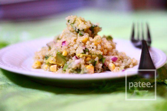 Салат из киноа с кукурузой и авокадо