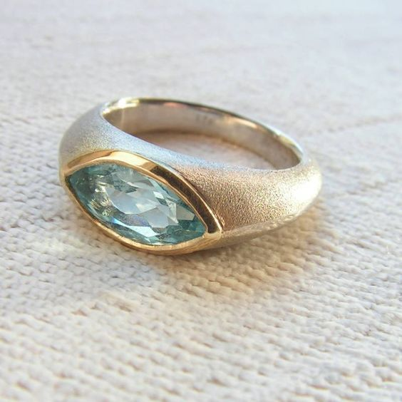 Goldschmiede Silke Seip - Unikatring aus Silber mit Aquamarin in Goldfassung
