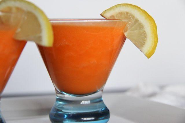 2 szál sárgarépa 1 kisebb ananász 2 gerezd citrom 1 csésze jég