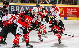 Enormer Einsatz: Fabian Staudt (Nummer 46) und Dennis Schmunck (r.) landeten mit dem Herforder EV einen verdienten Sieg im Spitzenspiel der Eishockey-Regionalliga. - Yvonne Gottschlich
