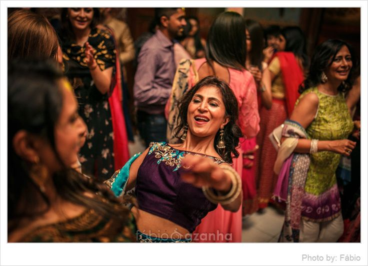 This vibrant and fun Sangeet and Mehndi evening took place at a stunning Estoril fortress Forte da Cruz situated just at a bay of the Tagus river. It is such a stunning location for a romantic do, and we´ve always wanted to photograph a wedding there.