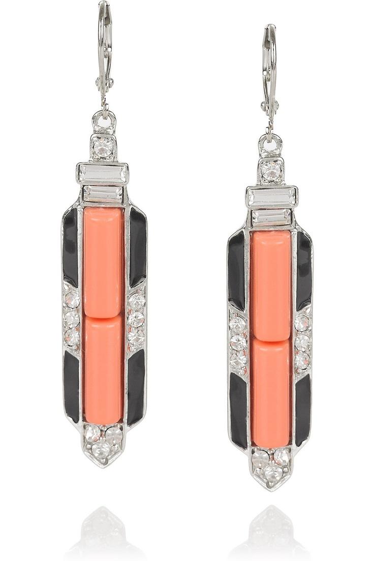 Kenneth Jay Lane est un designer de bijoux fantaisie américain qui a entre autre paré le cou de Jackie Kennedy.