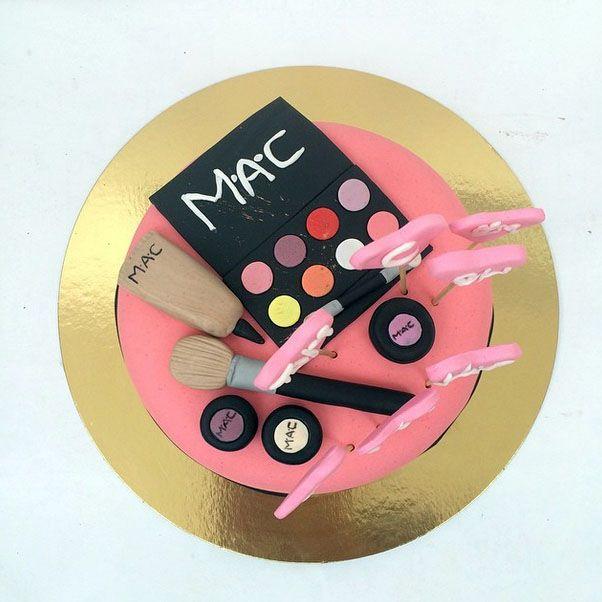 Шоколадный торт с косметикой MAC
