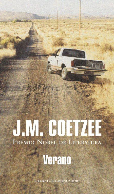 SUDÁFRICA. J. M. Coetzee. Verano. Un joven biógrafo inglés prepara un libro sobre el difunto escritor sudafricano John Coetzee. Sus investigaciones se centran en el Coetzee treintañero, en una época en la que el escritor compartía una destartalada casa en Ciudad del Cabo con su padre viudo y en la que, en opinión del joven biógrafo, comenzaba a encontrarse a sí mismo como escritor.