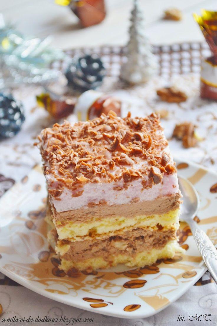 Bardzo lubimy ciasta z kremem:) A z takim kremem w szczególności... Delikatny biszkopt przełożony kremem z dodatkiem czekoladowych cukierków...