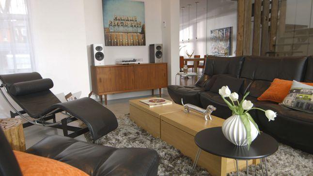 Dans ce salon vintage, le mobilier de cuir aux formes arrondies côtoie à merveille la chaise longue Le Corbusier aux lignes plus contemporaines. Le tapis de type « SHAG » symbolise à merveille les années 70.