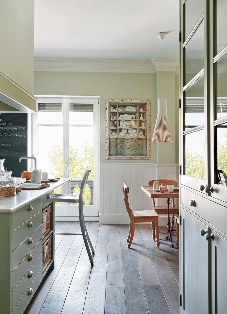 """Paredes e isla, muy """"vestidas""""  Un arrimadero de madera decora y protege el office y el lavadero. Y en la cocina, una pizarra de pintura ima..."""