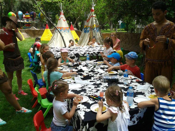 Интересная детская программа развлечений ждет наших маленьких гостей в течении всего сезона: день печенья, день индейцев или привидений, раскраска футболок, выступление фокусника, карнавал, поделка тапочек, мультфильмы, катание на пони, прогулка на велосипеде, катание на машинках, пикник, белая доска, оригами, дартс, маски из гипса, открытки на память, олимпиада, кулинарные курсы, ярмарка игр, погоня за преступниками, погоня за клоуном, поделки кукол из ниток, казаки-разбойники, рисуем…