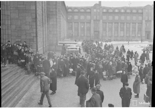 Evacuation of the population in Helsinki Central Railway Station the 12th of February 1944 || Evakuointia Helsingin Rautatieasemalla 12. helmikuuta 1944.