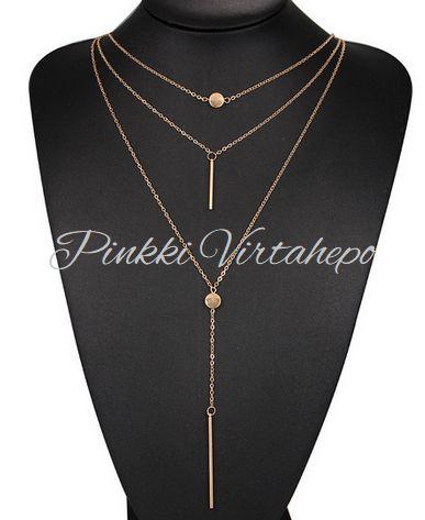 Trendikäs kultainen kaulakoru, jossa kolme ketjua. Kahdessa pidemmässä ketjussa riipukset. Ketjujen pituus 40cm + 50cm + 65cm