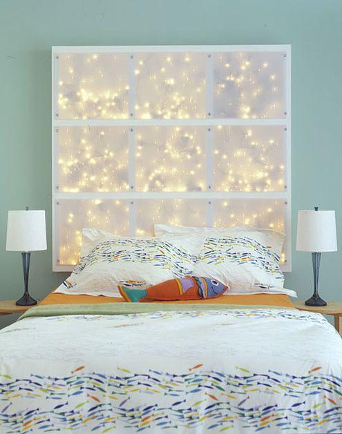 Изголовье - светильник Сверлят в раме отверстия по количеству светильников. Прикрепляем раму шурупами стене. Устанавливаем светильники, протягиваем провод через отверстия, скручиваем вместе. Закрываем раму прозрачным листом поликарбоната.
