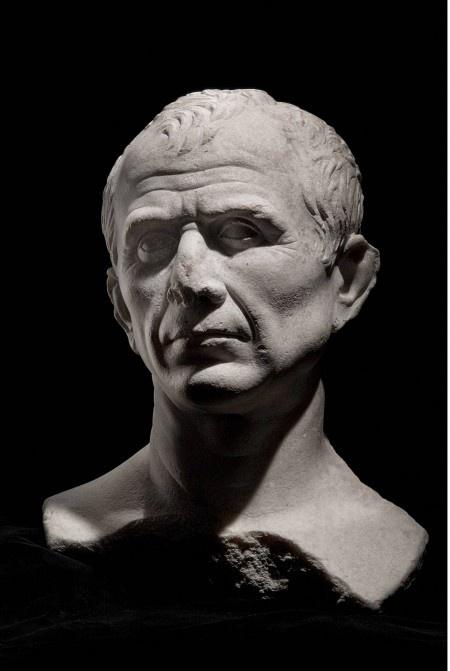 Jules Cesar / exposition du musée du Louvre « Arles, les fouilles du Rhône — Un fleuve pour mémoire »- ANNEE 53 av JC: 1 révolte de plus en Gaule, 1) Campagne contre les MENAPIENS et les TREVIRES, 2:  Sur les 4 légions qui lui sont attribuées, Pompée en en prête 2 à César, qui a besoin de renfort. Jules César, qui avait jusque là dominé le triumvirat, doit abandonner à POMPEE les rênes de la politique romaine et rester en Gaule.