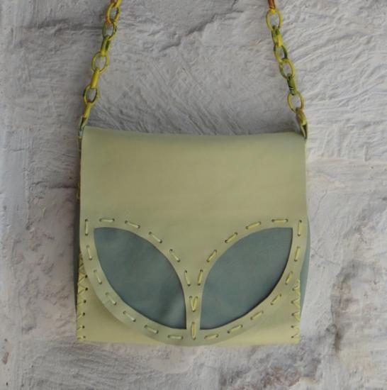 http://it.artesanum.com/artigianato-borsa_pelle_gialla_con_foglie_verdi-36446.html