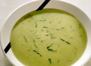 """Se quiser uma refeição mais quentinha, experimente fazer o <a href=""""http://mdemulher.abril.com.br/culinaria/receitas/caldo-verde-mandioquinha-396450.shtml"""" target=""""_blank"""">caldo verde com mandioquinha</a>."""