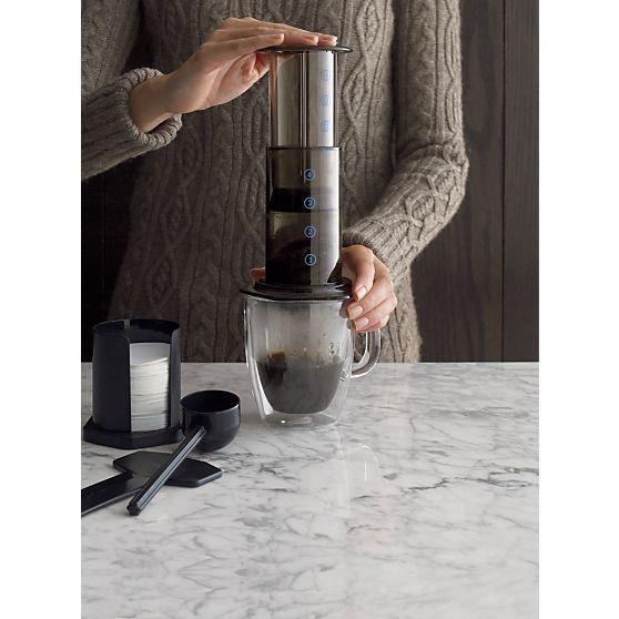 Aerobie® AeroPress® Kahve ve Espresso DemliğiAerobie® AeroPress® Kahve ve Espresso demliği ile bir dakikadan az bir süre içinde espresso, latte, cappuccino ve ya buzlu içecekler hazırlamak için ideal..Aerobie® AeroPress® Kahve ve Espresso demliğinde 350 adet mikro kahve filtresi, ana hazne, kepçe, karıştırıcı, pistonu ve filtre başlığı bulunmaktadır.