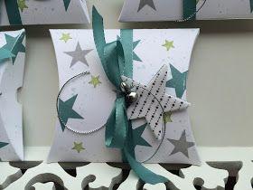 Meine Lieben!   Die quadratische Pillow Box kommt bei meinen Kunden extrem gut an. Diese Vier sind dieses Mal mit Sternen und Schellen gesta...