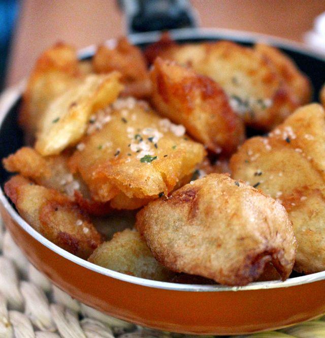 Batatas On Va Manger: cozidas, levemente esmagadas, perfeitamente fritas e finalizadas com sal de alecrim,alho e tomilho. Espetacular.