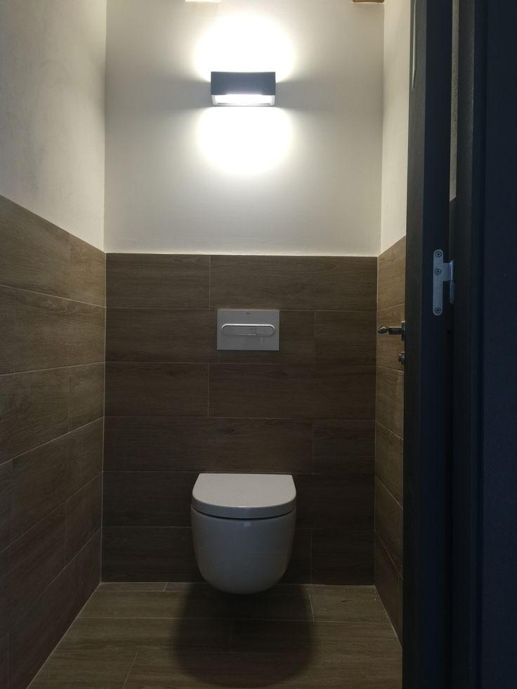 Siguiendo la línea de la zona de baños se subió el suelo hasta cierta altura para prevenir roces en las paredes. Las puertas de pintaron en el color grafito como los apliques de luz...