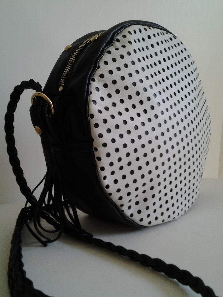 TAMBURELLO NET B&W Tamburello 100% pelle B&W con tracolla intrecciata. www.chixbags.it info@chixbags.it