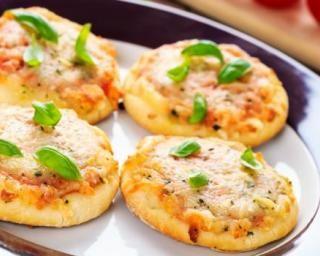 Mini pizzas légères à croquer en une bouchée : http://www.fourchette-et-bikini.fr/recettes/recettes-minceur/mini-pizzas-legeres-croquer-en-une-bouchee.html